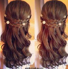 I love the little flowers in this hairstyle (:
