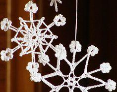 Artículos similares a Crochet los copos de nieve decoración en plata blanco árbol de Navidad Adorno decoración de Navidad mano crochet plata borde decoración de la boda de invierno en Etsy