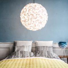 Suspension LORA - blanc - Ø75cm - Marque Vita La suspension LORA de la marque danoise Vita d'un diamètre de 75 cm est un luminaire élégant constitué d'un abat-jour en polypropylène blanc incassables constitué de facettes qui assemblés forment une véritable boule de fleurs. Grâce à cet effet de facettes, la lumière est réfléchie créant ainsi de très beaux effets de lumière.