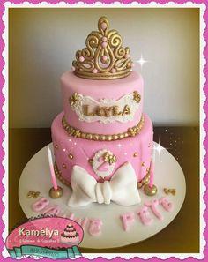 Gateau princesse et couronne rose et or Princesa Real, Cupcakes, Baptism Party, Princesses, Desserts, Food, Mermaid, Meet, Pastries