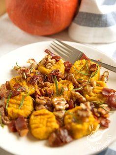 Gli Gnocchi di zucca con noci e speck sono un perfetto mix di sapori: il dolce della zucca si sposa bene con il salato dello speck e l'amaro della noce. #gnocchidizucca