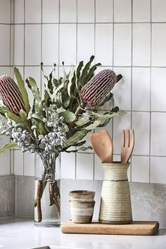 11 types of white kitchen splashback tiles: Add interest with shape over colour - STYLE CURATOR Glass Kitchen, New Kitchen, Kitchen Soffit, Kitchen Cupboards, Kitchen Interior, Kitchen Decor, Kitchen Furniture, Kitchen Ideas, Design Kitchen