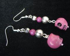 Purple Skull Earrings 1576 by tlcorbett on Etsy Pagan Jewelry, Skull Jewelry, Hippie Jewelry, Beaded Jewelry, Jewellery, How To Make Earrings, Bead Earrings, Halloween Jewelry, Halloween Earrings