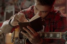 Lucas Lucco canta música para fã em ação da Brahma