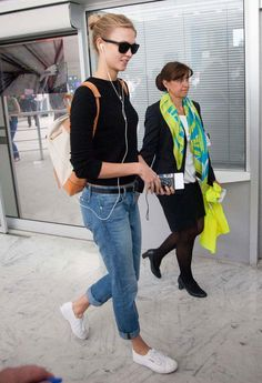 Karlie Kloss' classic style - boyfriend jeans and sneakers - works perfectly at the airport. Click for more ideas!