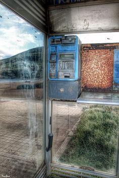 ¿Recibiré hoy la llamada? por Donibane ;-) #photography #telephone #beach #basquecountry #muskiz #donibane