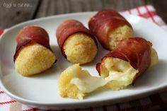 I bocconcini di patate con scamorza e speck sono un antipasto o secondo piatto facile e sfizioso, sono simili a delle crocchette ma cotti in forno.