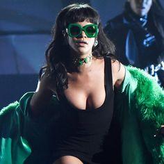 Pin for Later: Rihanna stahl allen die Show bei den iHeart Radio Awards