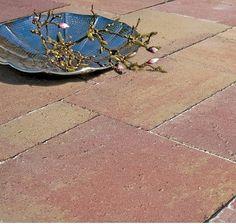 Rivas wildverband is een uniek wildverband, waarmee u een schitterend authentiek Romaans wildverband creëert. De tegels worden net als de primio banenverband verouderd doormiddel van een nieuw productieproces. Dit zogenaamde 'spindlen' zorgt voor een rustieke uitstraling van oud natuursteen, met de voordelen van beton. Afmeting 16x32, 32x48 en 48x64x6 cm en is verkrijgbaar in drie eigentijdse kleuren: warm oker, brons en zwart. Nu voor slechts € 14,50 p/m2 - OP=OP