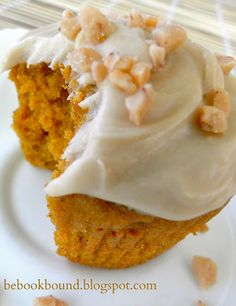 The BEST Fall cupcakes! Pumpkin Cupcakes with Maple Frosting