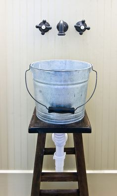 Sink made out of bucket sitting on stool- this is super freaking adorable!!! Tiny Bathrooms, Rustic Bathrooms, Cabin Bathrooms, Bucket Sink, Outdoor Sinks, Small Sink, Galvanized Buckets, Utility Sink, Vessel Sink