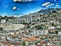 É muito fácil falar de coisas tão belas De frente pro mar, mas de costas pra favela.