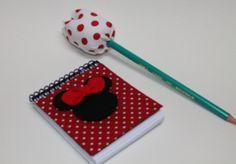 Bloquinho de anotações e tulipa no lápís Bloquinho encapado com tecido, aplique da minnie em feltro e tag personalizada. As lembrancinhas seguem embaladas em saquinho de celofane, com fita de cetim R$6,50