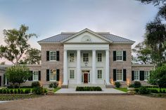 Located on Whitemarsh Island near Savannah, Georgia, this new home designed by architecture firm Historical Concepts embraces the traditional look of stately Southern homes with elegant Georgian architecture and gracious details. - Luxury Homes Style At Home, Stommel Haus, Georgia Islands, Colonial House Exteriors, Colonial Mansion, Colonial House Plans, Georgian Style Homes, Georgian Architecture, Southern Architecture
