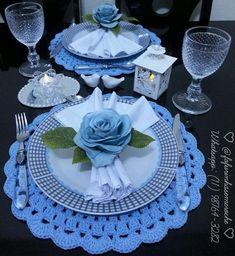 Crochet everything schemes ideas Все крючком vk Blue Table Settings, Beautiful Table Settings, Crochet Decoration, Decoration Table, Dresser La Table, Crochet Placemats, Crochet Kitchen, Napkin Folding, Silk Roses