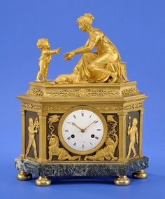 Pendule Paris um 1800 Feines, feuervergoldetes und patiniertes Bronzegehäuse auf Marmorsockel. Emaillezifferblatt. Messingwerk mit Schlag auf eine Glocke. H 42 cm