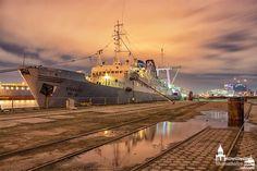Die MS Stubnitz am Baakenhöft bei ehem. Schuppen 20. Die Stubnitz ist ein ehemaliges Kühlschiff der DDR-Hochsee-Fischfangflotte, das seit 1992 als kulturelles Veranstaltungsschiff genutzt wird.  www.heimathafen-aktuell-hamburg-fotografie.de  #hamburg #harbour #germany #stubnitz #evening