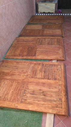 Tarima con madera de palet. Para suelos de terraza, barniz color teca.