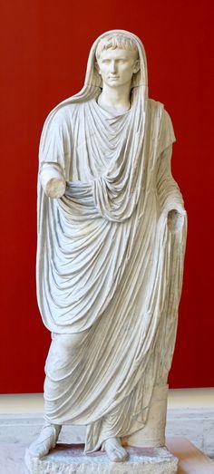 -Retrato de Augusto como Pontifex Maximus- O emperador Augusto aparece caracterizado como máximo sacerdote, Pontifex Maximus, co veo que os distinguía. A obra data do ano 12 a.C., cando o emperador asume os poderes do Pontifex Maximus. Feita en mármore.