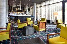 Das Luxushotel Radisson BLU Dammtor - die größte Renovierung in Deutschland seit 1950. Ein einzigartiger Hotelausbau für Tétris. Outdoor Furniture Sets, Outdoor Decor, Conference Room, Table, Home Decor, Garden Furniture Sets, Refurbishment, Luxury, Germany
