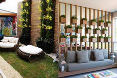 As pessoas que gostam de plantas e jardinagem, sempre vão desejar ter um jardim. Mais e quando faltar espaço no quintal e não ter como realizar esse desejo? Ai você tem a opção de montar um jardim suspenso e vertical. Veja abaixo as dicas para montar um jardim assim: Jardim vertical com garrafa pet Se