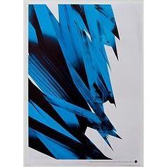 藍與黑,本應該是很重的顏色,畫面卻有一種羽毛的輕盈。