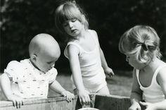 Gemeinsame Wasserspiele im fürstlichen Scholssgarten: Albert mit seinen Schwastern Maria Theresia und Elisabeth