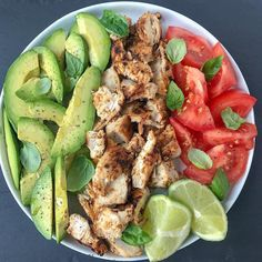 🥑 Avocado chicken and basil salad . I tend to cook easy and quick lunches whe… 🥑 Avocado chicken and basil salad . I tend to cook easy and quick lunches when I am in a hurry . Healthy Meal Prep, Healthy Snacks, Healthy Eating, Keto Meal, Healthy Food Tumblr, Dinner Healthy, Healthy Drinks, Healthy Cooking, Vegetarian Recipes