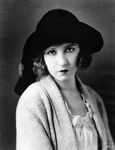 The younger sister of Lillian Gish and childhood friend of Mary Pickford, Dorothy Gish was an adept comedienne in her own right. Like her sister, she starred in the films of D. Griffith and returned to the stage in the Dorothy Gish, Lillian Gish, Golden Age Of Hollywood, Classic Hollywood, Old Hollywood, Hollywood Stars, Unexpected Relationships, Silent Screen Stars, Book Bar