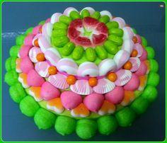 Tarta de chuches - Candy cake - Gâteau de bonbons - Snoeptaart - #gominolas Candy Pop, Candy Party, Candy Kabobs, Marshmallow Cake, Bar A Bonbon, Candy Cakes, Candy Table, Fiesta Party, Candy Gifts