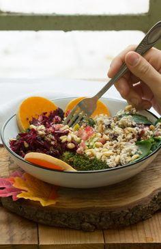 Salade au brocoli, butternut, épinards, grenade, pignons et crumble de cajou, pécan et canneberges (vegan) Acai Bowl, Brunch, Veggies, Favorite Recipes, Beef, Cooking, Breakfast, Grenade, Chopped Salads