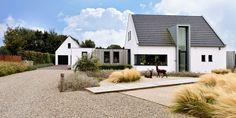Optimaal genieten in deze landelijke tuin die het totaal plaatje compleet maakt... Ramen, Bungalow, Garage Doors, Villa, Outdoor Decor, Home Decor, Minimalism, Decoration Home, Room Decor
