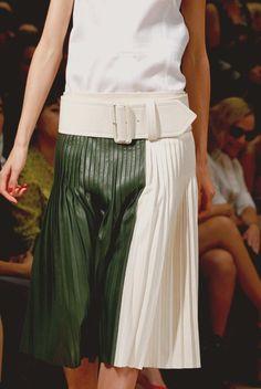 Don't wear big belts if you have an hourglass-shape!  Draag nooit brede riemen als zandloper!!