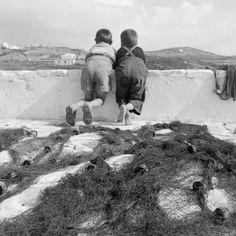Mykonos island 1955 Photo by Dimitris Harissiadis Benaki Museum Photographic… Greece Pictures, Rare Pictures, Vintage Pictures, Retro Photography, History Of Photography, Benaki Museum, Myconos, Old Time Photos, Mykonos Island