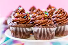 Chocolate Cupcakes with Chocolate buttercream Frosting on white cake stand with pink background Best Chocolate Buttercream Frosting, Chocolate Cupcakes, Mini Cupcakes, Cupcake Cakes, Bubble Drink, I Love Food, Sweet Treats, Sweets, Snacks
