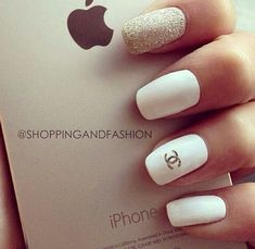 Never underestimate white nails, they can totally transform your look. Check out this list of beautiful and chic white nail Designs! Gold Nail Art, Gold Nails, White Nails, Fun Nails, Pretty Nails, Gorgeous Nails, Gold Glitter, Silver Nail, Oval Nails