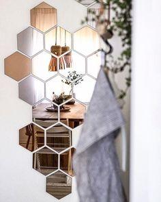 ••• ✨ Mosaicos de espelhos ficam lindos e dão um toque descolado e único à sua casa. Eu acho lindo, e vocês? ❥❥❥ ••• #home #decor #homedecor #design #interiordesign #cool #cooldesign #instacool #mosaic #mirrormosaic #mirror #espelhos #blackandwhitedesign  #arquiteturadeinteriores #arquitetura #interiores #decoracao #verdinhos #plantas #architecture #detalhes #details #instagood #instadecor #instalike #kasaamarelainspira ••• fonte: heimatbaum