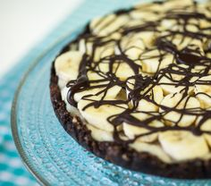 Delicious raw food chocolate and banana cake. Healthy Baking, Healthy Snacks, Raw Cake, Berg, Quick Easy Meals, Raw Food Recipes, Deserts, Yummy Food, Sweet
