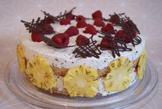 biscuit and buttercream: Himbeer-Stracciatella-Ananas-Torte