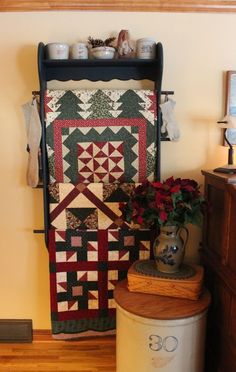 Love the quilt rack.  Love how she uses her Longaberger in her decor.