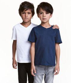 Tummansininen. CONSCIOUS. V-aukkoiset T-paidat pehmeää luomupuuvillatrikoota.