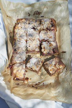Cette recette de gâteau aux amandes et aux fruits rouges est un pur délice ! Je l'ai faite avant le déménagement histoire de vider les congélateurs ...   Et comme j'avais un sachet de fruits rouges surgelés de chez Picouille, j'ai récupéré une recette de chez eux que j'ai…