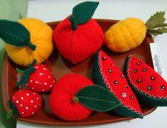 forme seu kit com frutas - tamanho de 5 a 12 cm (valor unitário de cada item) <br>confeccionadas em feltro,com enchimento de plumante. <br>01 morango r$ 2,50 <br>01 maçã r$ 4,50 <br>01 pêra r$ 4,50 <br>01 melancia r$ 4,50 <br>01 abacaxi r$ 4,50 <br>01 laranja r$ 4,50 <br>.( podem ser confeccionadas outras frutas, ou adicionar mais ITENS A SUA ESCOLHA) <br>acompanha sacolinha para armazenar A PARTIR DE 15 ITENS <br>( podem ser confeccionadas outras frutas, ou adicionar mais .