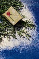 Sfondo pacco regalo su foglie di pino e neve #albero #albero di natale #biglietto #celebrazioni #decorativo #decorazioni #dicembre #festa #fiocchi #fiocchi di neve #natale #natalizie #neve #ornamentale #ornamento #palline #palline di natale #rosso #sfondo #vigilia di natale