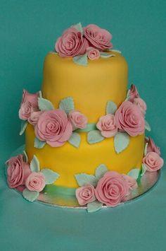 Gelaagde taart in pastelkleuren, gedecoreerd met handgemaakte roosjes...