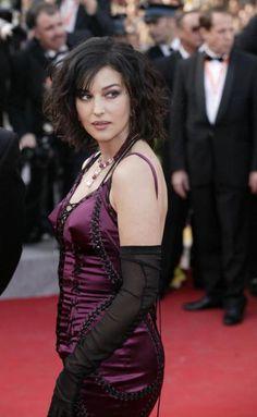 La femme en robe rouge matrix actrice