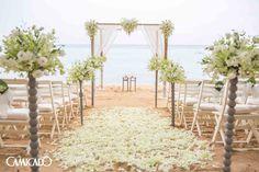 Já imaginou realizar a cerimônia do seu casamento na beira do mar? É mágico. <3 Se quiser uma ajudinha nossa para que esse dia seja um sucesso, é só clicar aqui: