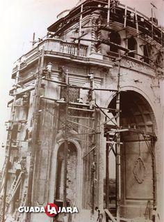 Construcción de los arcos de Guadalajara en el año 1940.