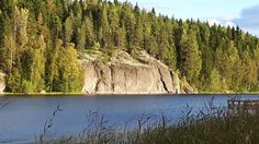 Kymöjärven kallioita syysauringossa.