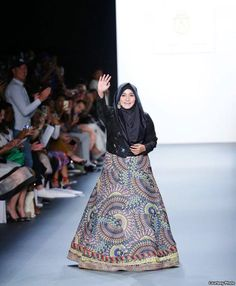 Anniesa Hasibuan Buat Sejarah di New York Fashion Week - VOA Indonesia